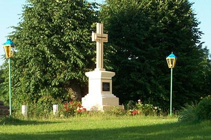 Пам'ятний хрест отцю Івану Сохацькому біля церкви